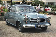 """Die Borgward Isabella ist ein Pkw der Mittelklasse, den die Carl F. W. Borgward G.m.b.H. in Bremen-Sebaldsbrück von 1954 bis 1961 baute. Das serienmäßig ausschließlich zweitürig oder als Kombi dreitürig angebotene Fahrzeug war das erfolgreichste Modell der Borgward-Gruppe. Ab dem 10. Juni 1954 wurde es zunächst unter dem Namen """"Hansa 1500"""" produziert.  Der spätere Name """"Isabella"""" war eine spontane Eingebung von Carl F. W. Borgward selbst. ===>  https://de.wikipedia.org/wiki/Borgward_Isabella"""