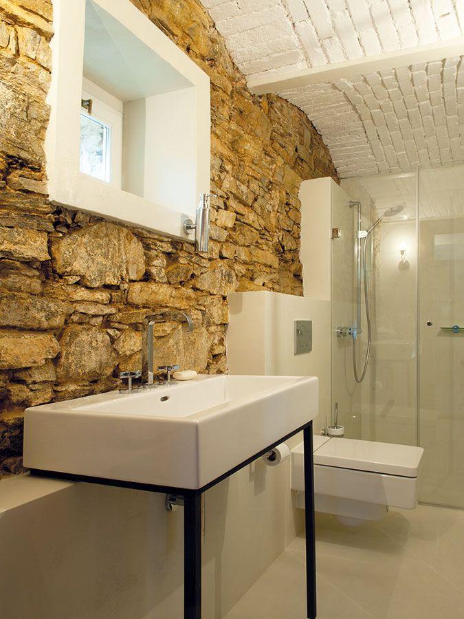 Koupelna v samostatné menší budově na jižní straně usedlosti. FOTO DANIELA DOSTÁLKOVÁ