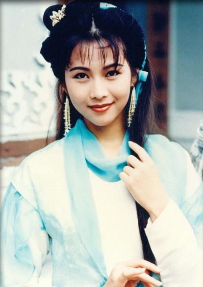 """【90年代花旦】1991年香港小姐季军,因为当年的百万生日会和富商刘銮雄""""包养""""传闻名动一时,好在这位以美丽著称的港姐没有在声色犬马里迷失自己。凭着《一号皇庭5》里那个小女人李彤的精彩表现,蔡少芬从此让人记住的不再只是《大话西游》里那个很泼辣的牛夫人,或者是《九品芝麻官》里摆摆造型的花瓶。1998年《天地豪情》和《妙手仁心》两部重头戏的连番轰炸,让人们记住了这个可爱的女子,尤其是《妙手仁心》结尾让人感慨的ending,成为港剧迷里心中不可缺少的经典场景之一,也让顺利拿到了1998年TVB最佳女主角奖。"""