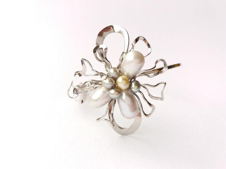 """Náramek+MR21P+""""S+dotekem+slunce""""+exkluzivní+perly+Autorský+šperk.+Originál,+který+existuje+pouze+vjednom+jediném+exempláři+z+kolekce+""""Variací+na+květy"""".Vyniká+kouzelným+prostorovým+tvarem,+množstvím+propracovaných+detailů,+jemně+laděnou+barevností+a+elegantním+výrazem.Nevšední+řešení+s+perlami+poutá+pozornost,+ale+není+okázalé,+díky+čemuž+se+tento+šperk..."""