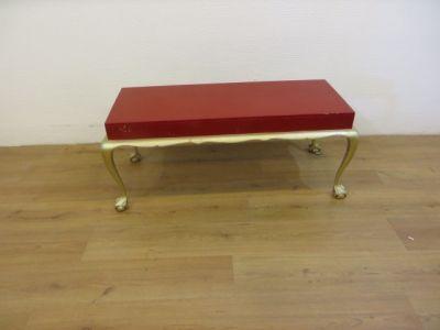Img 1390Queen Anne salontafel in de kleuren rood en goud. Breedte 40cm, lengte 110cm, hoogte 78cm