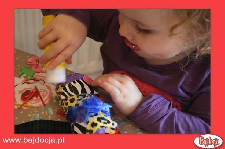 Posmaruj tubę klejem i przyklej do niej ozdoby. Mogą to byś kawałki materiału, papierki po cukierkach lub piórka. #dziecko #zabawka #homemade #bajdocja #diy #zróbtosam