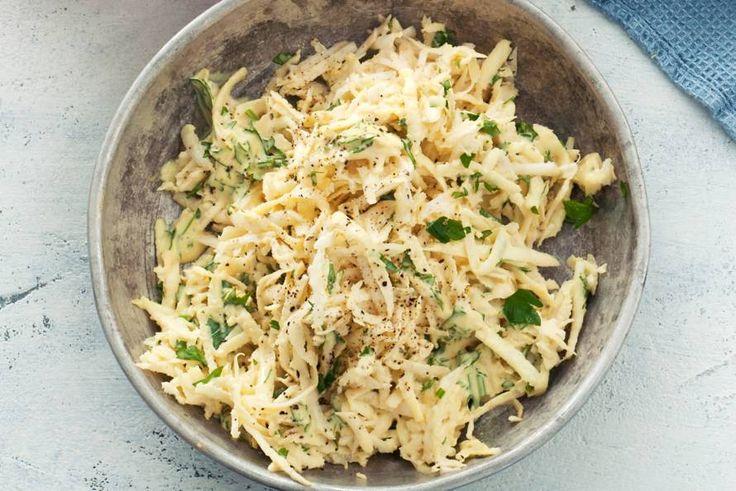 Knolselderij smaakt lichtzoet en nootachtig en dat smaakt heerlijk bij de mosterd-kruidendressing - Recept - Allerhande
