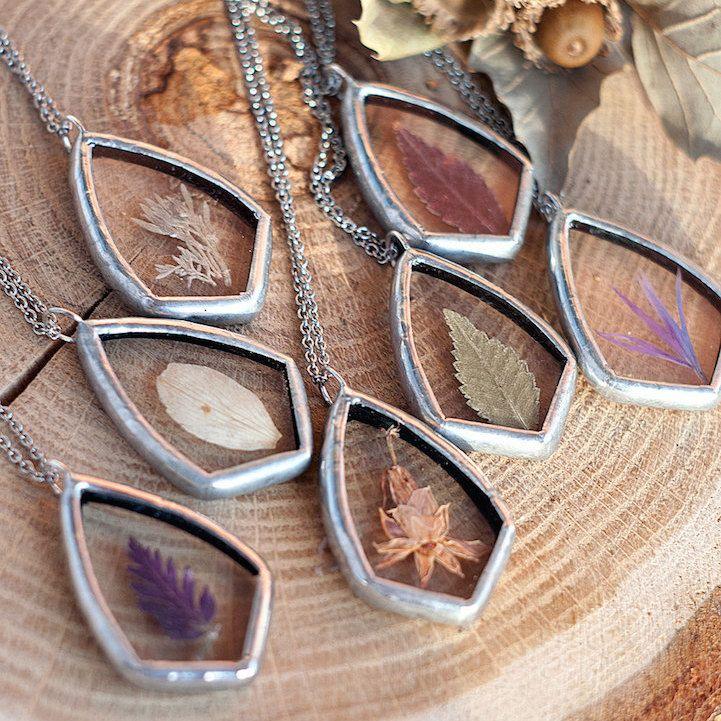 A designer de jóias Stanislava Korobkova criou esses pingentes com pequenas folhas e flores, que depois de secas, são pressionadas entre pedaços de vidro e seladas com metal para preservar seus detalhes. Você pode comprar o seu pingente através da loja no Etsy.