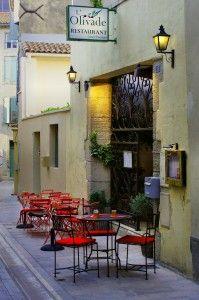 Kawiarenka w Saint Remy. Jedno ze spokojnych miejsc w tym turystycznym mieście. Te bardziej oblegane znajdują się przy głównej ulicy okrążającej centrum miasteczka. W tej można odpocząć w podróży po jednym z ciekawszych miejsc Prowansji.