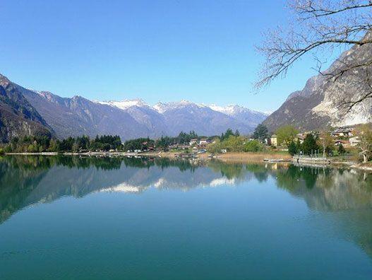 La Ciclabile della Val Chiavenna è un percorso panoramico che percorre la valle circondata da montagne e costellata da piccoli borghi fino a Chiavenna.