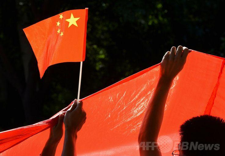 中国・北京(Beijing)の日本大使館前で中国国旗を掲げ、尖閣諸島(Senkaku Islands、中国名:釣魚島、Diaoyu Islands)問題に抗議する人たち(2012年9月12日撮影、資料写真)。(c)AFP/Mark RALSTON ▼1Feb2014AFP|怒らせると報復する中国の「いじめ外交」は逆効果? http://www.afpbb.com/articles/-/3007592