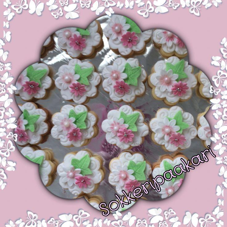 Kukkaisia pikkuleipiä