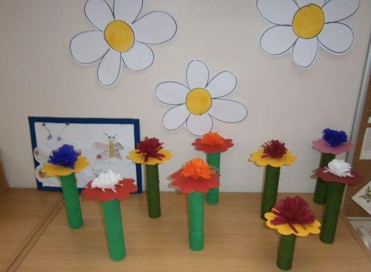 Květiny z ruliček a krepáku