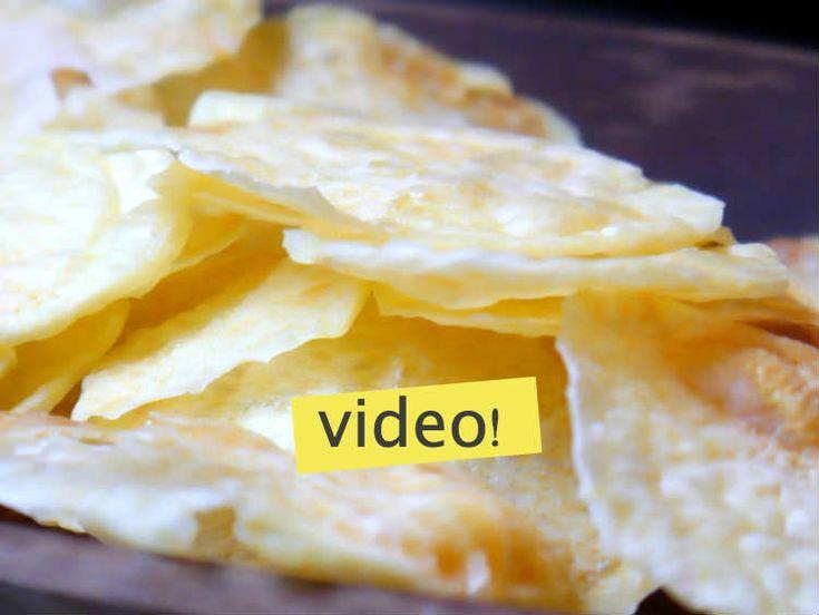 Hacer papas chips al microondas es fácil, igual o más rico que las papas chips compradas y muchísimo más sano. Aprendé a hacerlas en este video de 3 minutos