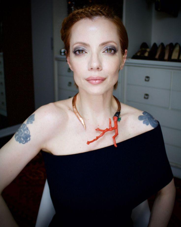 Julia Petit mostra como trançar cabelos curtos e usa esfumado chumbo nos olhos....