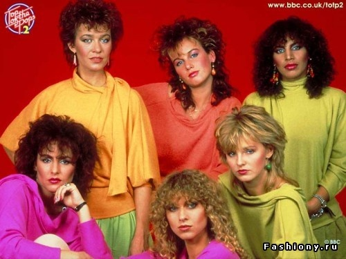 Youth actively mimics hairstyles of their idols - singers and rock stars, making the perm, highlights, fleece. No restrictions - the longer and shaggy, the more fashionable.