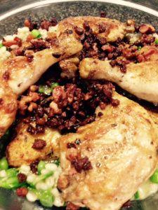 gebratenes Huhn mit Perlgraupen, Erbsen und Salat