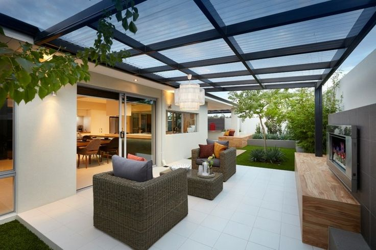 Terrassenüberdachung mit Glas lässt das Sonnenlicht durch