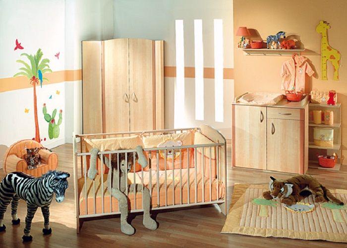 Γγρ│ Une chambre dans les tons corail/abricot, très lumineuse et très joviale avec toutes ses illustrations et la toise en forme de girafe... Jeux et rires garantis pour l'enfant.