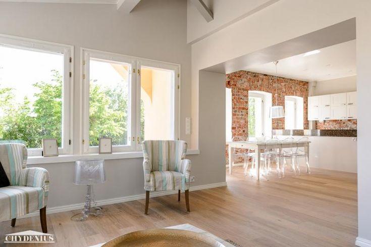 Olohuone on yhteydessä keittiöön ja ruokasaliin