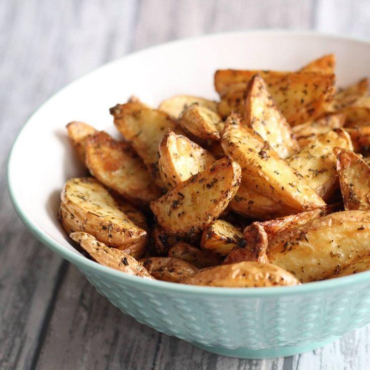 Voor 2 personen 500 gram aardappelen provençaalse kruiden (Silvo) versgemalen peper & zout olijfolie Boen en was de aardappelen schoon en snij in 8 partjes. Bestrooi de partjes met Provençaalse…