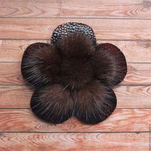 Небольшая (маленькая) брошь (брошка) из меха коричневой норки и лаковой кожи в виде цветочка украсит шапку или берет. С бесплатной доставкой и недорого.