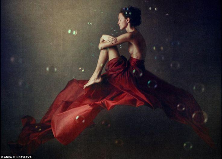 Anka Zhuravleva Eleganti ritratti modelli di Anke tutti vestiti fluttuanti visualizzati e gonne in quanto pongono in sequenza Gravity Distorted