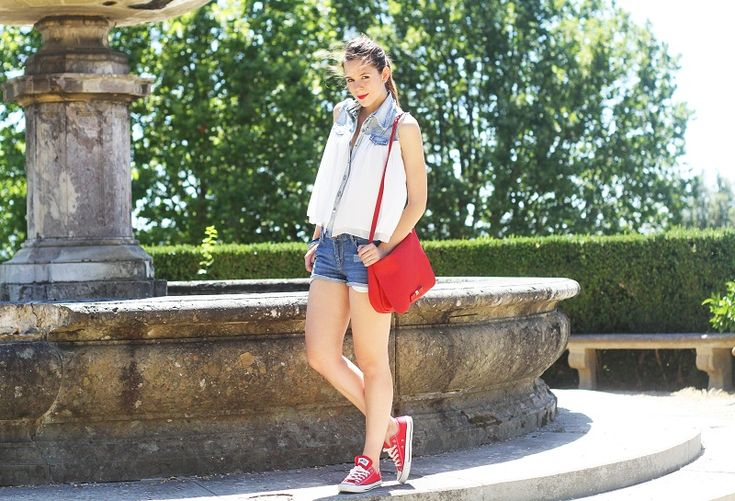 Outfit look casual con converse rosse