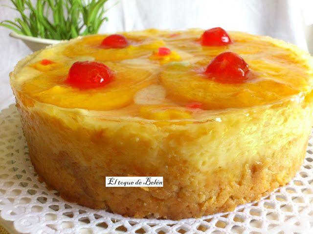 tarta de fruta con crema  pastelera sobre base de pan / 400 g de pan duro. 200 ml de leche. 1/2 litro de crema pastelera. 1 lata de melocotones. 2 láminas de gelatina. 100 ml de jugo de melocotón.