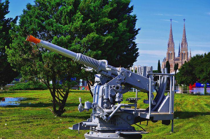 https://flic.kr/p/dsBqhw | Luján - En homenaje a los Veteranos de Guerra de Luján. | Monumento Homenaje a los Veteranos de Guerra de Luján, ubicado en Avda. Nuestra Señora de Luján y Ruta 7.  Fue inaugurado el 2 de abril de 1984.