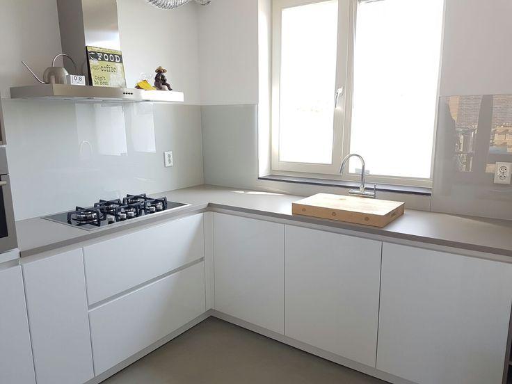 Glasbestellen.nl is hét adres voor uw keuken achterwand glas. Wij kunnen alle soorten glazen keuken achterwanden leveren en informeren u graag vandaag nog!