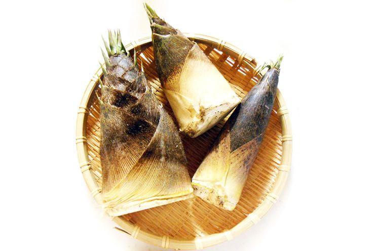 「たけのこ(孟宗竹)」 一般にタケノコと言えば、この「孟宗竹(もうそうちく)」を指します。 太くて柔らかく、香りが良いのが特徴です。 えぐみのもととなるシュウ酸などは一晩で倍増するので、すぐに茹でるか、米ぬかなどでアク抜きの下処理が必要になります。  生産地 : 三重県・長野県 時期 : 3月~5月