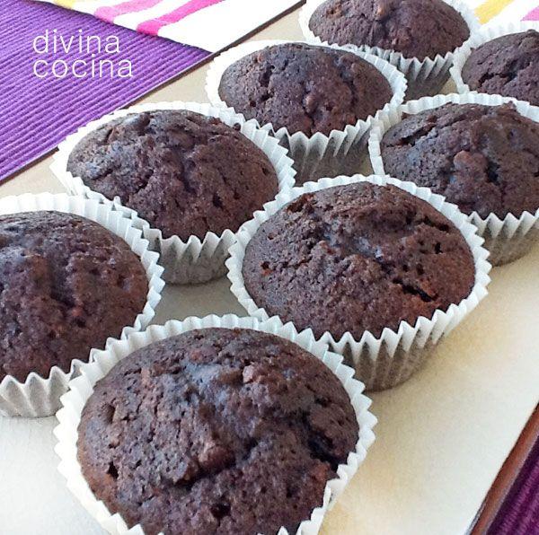 Estas magdalenas de chocolate y yogur son esponjosas, ligeras y muy sabrosas. Se conservan muy bien en un recipiente hermético durante muchos días.