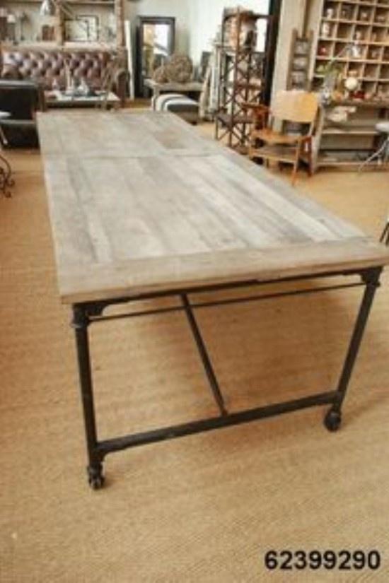 Tisch mit Metallfüssen