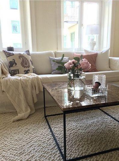 Brunt marmorbord Jaguaren. Soffbord, bord, marmor, brun, svart ram, möbler, inredning, vardagsrum, vit pearlmatta, matta, ull. http://sweef.se/bord/408-jaguaren-soffbord-i-marmor-50x50cm.html