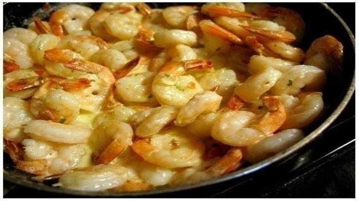 Если вы любитель морепродуктов, то это блюдо вам должно понравится. Нежное мясо креветок в не менее нежном соусе доставит вам истинное наслаждение.