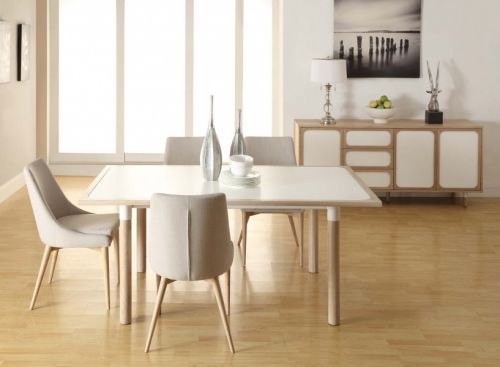 Lekkert og innbydende Vigo spisebord med skandinavisk preg.Mål:Lengde 180 cmBredde 90 cmHøyde 75 cmMateriale:Bordplate i matt MDFBordrammen og bordbena i eikEttersom rammeverket og bena er i heltre eik kan mindre sprekker oppstå om treverket tørker ut.Dette er en akseptert og naturlig del av produktet.Varenummer.690753Varen krever montering.