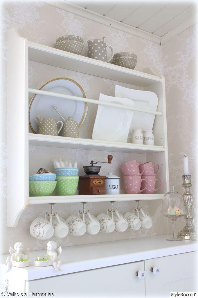 lautashylly,keittiön pikkutavarat,keittiön sisustus,astiat,astioita avohyllyillä,keittiö,maalaisromanttinen,maalaisromanttinen sisustus