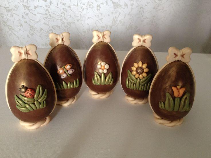 ..piccole uova di cioccolato in stile Thun realizzate come bomboniere per un battesimo...