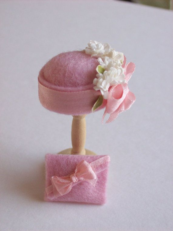 Handmade 1/12th scale dollshouse moulded pale pink felt cloche style hat and matching bag