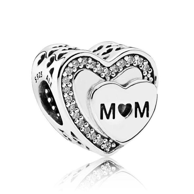 Pandora Bedel zilver 'Eerbetoon aan Moeder' 792070CZ. Geef een prachtig eerbetoon aan een geweldige moeder met deze zilveren Pandora bedel. De hartvormige bedel is bezet met pavegezette zirconiasteentjes, uitgesneden Hartjes en de gegraveerde tekst 'Mom'. Een perfect cadeau om je moeder te verrassen, zomaar of tijdens Moederdag. https://www.timefortrends.nl/sieraden/pandora/bedels.html