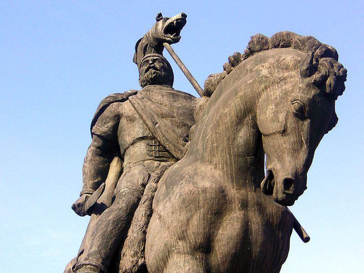 Description  English: Decebalus, King of The Dacians, wearing a draco — bronze statue, Deva, Romania  Română: Decebal regele dacilor — statuie din bronz, Deva, România  Date2006  AuthorDudeka06