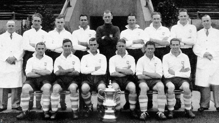 """Preston North End FC, ganador de la FA CUP,1937 derrotando al Hunddersfield Town F.C. en la prorroga por 1-0;  William """"Bill"""" Shankly, el tercero de pie de izq. a der."""