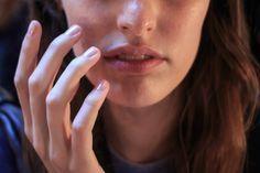 Unghie gialle: 9 rimedi naturali per sbiancarle
