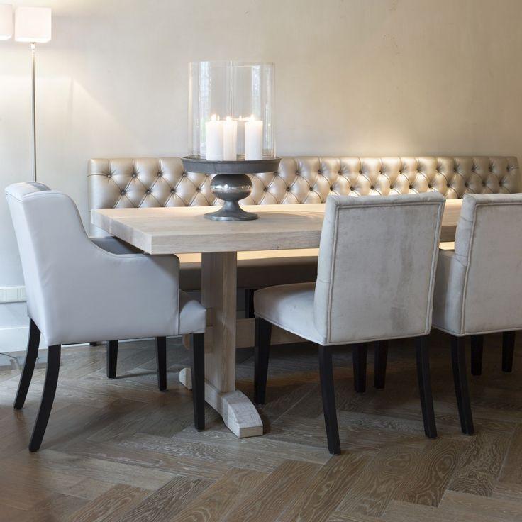 Hier zie je de stoelen aan een houten tafel op houten vloer, hoe vindt je dat??