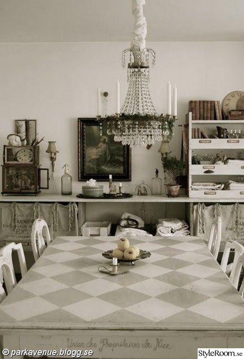 kristallkrona,pepitarutigt,shackrutigt,bord,matsal,matsalsbord,kök,vitt,shabby chic,lantligt