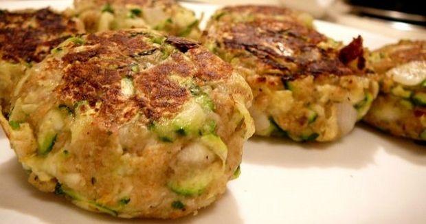 Questa ricetta di polpette di zucchine e ricotta è una alternativa alle famose polpette di zucchine alle quali è stata aggiunta della ricotta.