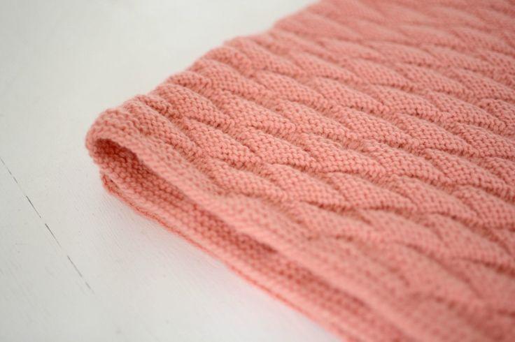 Jeg har strikket det fineste baby tæppe til min lille pige i maven. Se mere i indlægget.