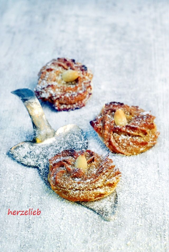 Weihnachtskekse mit Pfiff. Marzipan, Orange und Zimt machen sie so verführerisch. Bei diesem Rezept für Plätzchen kann Weihnachten kommen! http://herzelieb.de