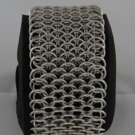 Bracciale in Argento 925 /1000 tutto completamente realizzato a mano, maglia dopo maglia, una ad una...  Prima la preparazione del metallo, poi la fusione, la laminazione e la trafilatura, l'avvolgimento delle maglie ecc... sono oltre 420 maglie incatenate e poi saldate