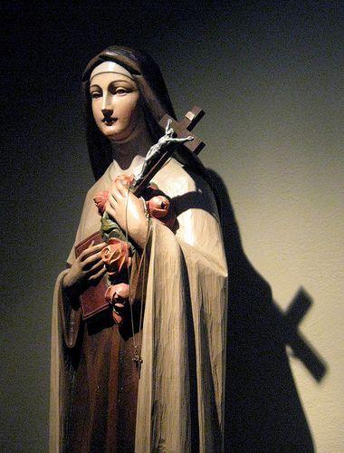 """""""Sofro apenas cada instante. É porque se pensa no passado e no futuro que a gente se desencoraja e se desespera"""". (Santa Teresa de Lisieux)"""