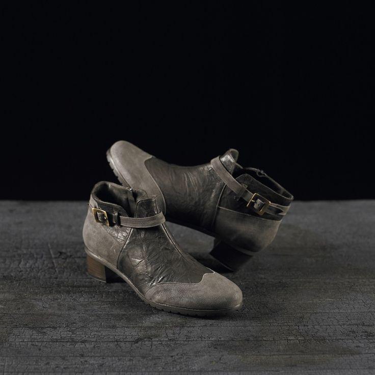 Tronchetti in vitello e camoscio realizzati a mano su misura in Italia #atelierdelrettile #italianshoes #shoes #tailored #luxury #cagliari #madeinitaly #bespoke #tuxury #gentlemenshoes #handcrafted #atelierdonna114 #instagram #yacht #fashion #luxurytoys #italy