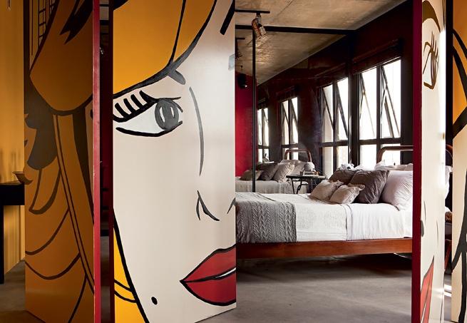 A porta que leva ao quarto do designer de interiores Rafael Mello ganhou pintura com jeito de quadrinho. Foi o próprio morador quem fez o desenho, um retrato de sua mãe