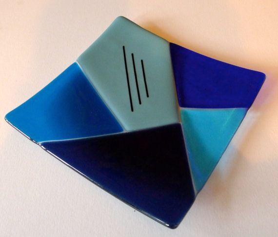 Plato de vidrio fusionados con el diseño geométrico azul por ZeBrig